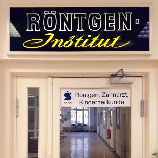 Hand-lettering over a door reading 'Röntgen Institut'